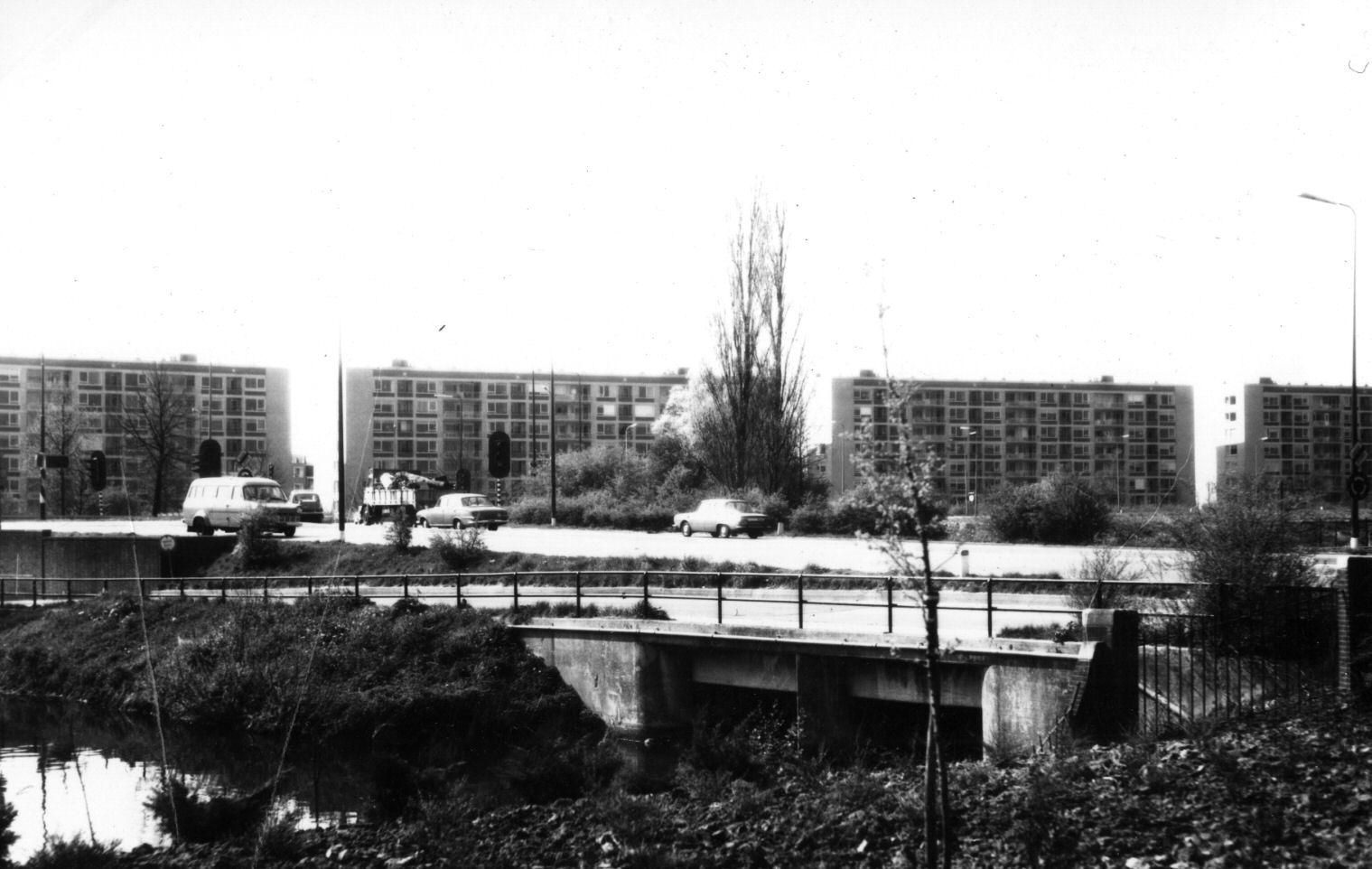 1970: Gezicht op de flatgebouwen aan de Karel Doormanlaan te Utrecht, uit het zuidoosten; in het midden de Biltsestraatweg en links de Berekuil.